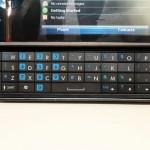 備有側滑式QWERTY鍵盤,方便文字輸入。