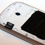 Micro SD插槽需打開電池蓋才能找到。
