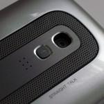 背面備有320萬像素自動對焦鏡頭及用作溝通用的Straight Talk按鈕。