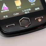 OMNIA II i8000H除有接聽及掛線鍵外,更加入3D立方體介面的專用按鈕。